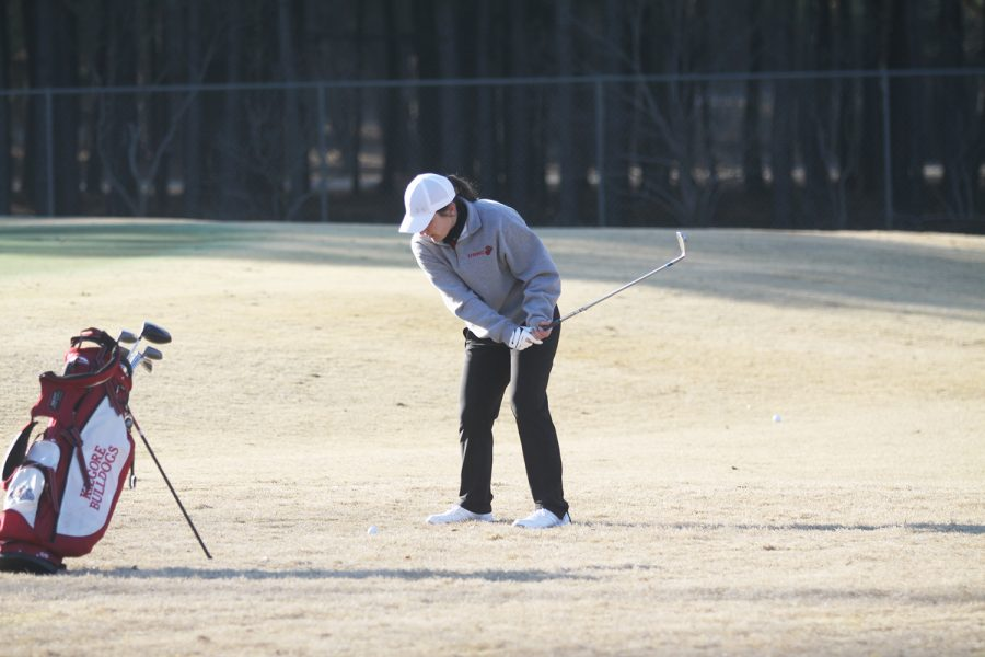 Junior+Mackenzie+Cavanaugh+chipping+the+ball+onto+the+green.+