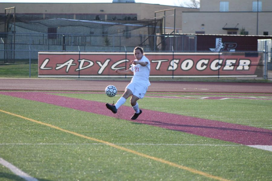 Senior+Daniel+Sifford+kicks+the+ball+off+the+field.
