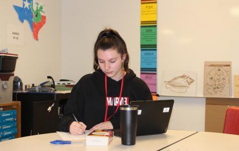 """Senior Lauren Couch works on her Model UN research during advisory. """"I enjoyed getting to do Model UN for the  rst time last year because it was a huge learning experience for me,"""" Couch said. """"I really liked getting to meet new people and discuss our ideas on certain topics with them."""""""
