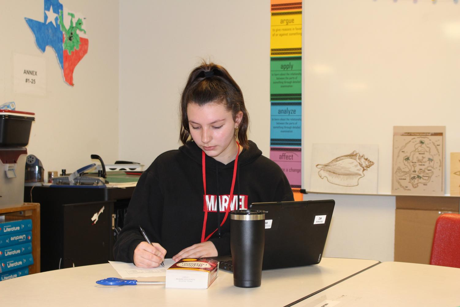 "Senior Lauren Couch works on her Model UN research during advisory. ""I enjoyed getting to do Model UN for the  rst time last year because it was a huge learning experience for me,"" Couch said. ""I really liked getting to meet new people and discuss our ideas on certain topics with them."""